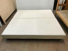 大慶二手家具 六尺米白合成皮床底雙人床架無破損有使用痕跡