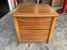 [8成新] 香榭家具*柚木色實木 二抽床邊櫃床頭櫃有輕微破損