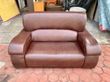 [7成新及以下] 香榭*咖啡色荔枝皮二人座沙發椅雙人沙發有明顯破損