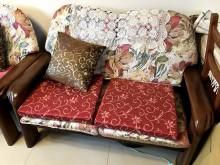 [9成新] 實木沙發組1+2附贈小方桌。木製沙發無破損有使用痕跡