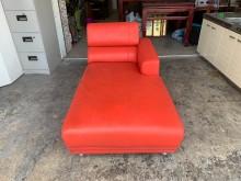[9成新] 亮紅色功能型3尺 荔枝皮革貴妃椅雙人沙發無破損有使用痕跡