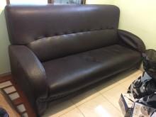 [9成新] 三人座深咖皮沙發雙人沙發無破損有使用痕跡