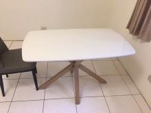 [9成新] 超值白色餐桌 搭贈兩張餐椅餐椅無破損有使用痕跡