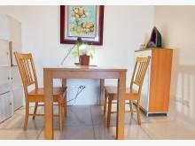 [8成新] 實木餐桌加同款二椅餐桌有輕微破損