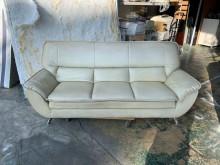 [7成新及以下] 乳白色皮革三人座沙發客廳沙發組雙人沙發有明顯破損