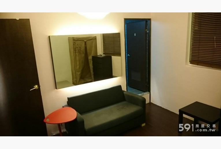 台北租屋,中正租屋,獨立套房出租,木質IKEA收納小桌、沙發椅,舒適、穩重