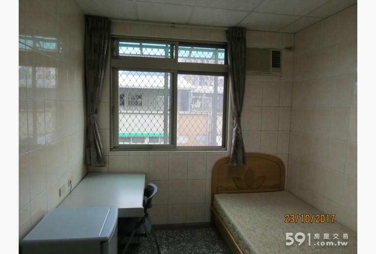 台北租屋,士林租屋,分租套房出租,書桌及冰箱一角