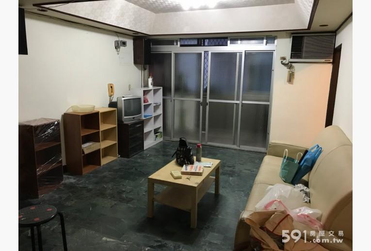 台北租屋,文山租屋,整層住家出租,客廳現有沙發茶几、書櫃、電視。