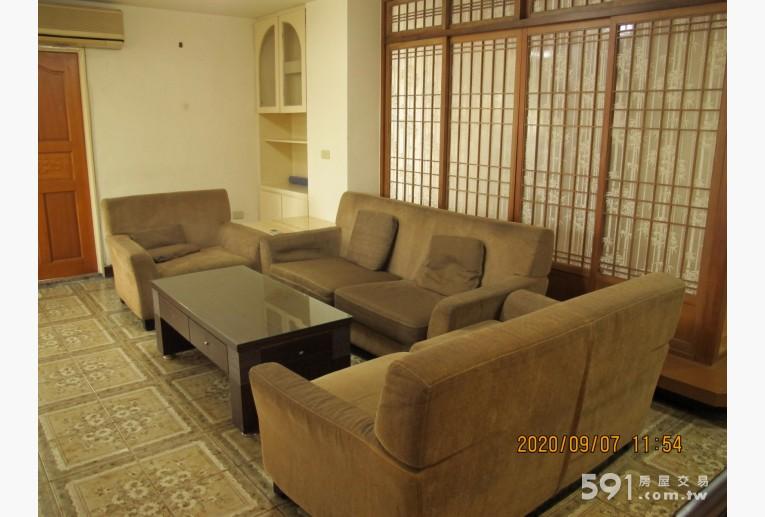 台北租屋,北投租屋,整層住家出租,客廳寬敞明亮. 附沙發及冷氣